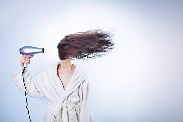 Kobieta z suszarką do włosów