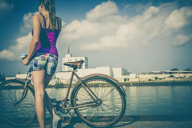 Kobieta stojąca przy rowerze