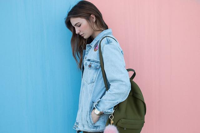 Dziewczyna w kurtce jeansowej