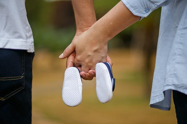 Buciki niemowlęce trzymane przez parę