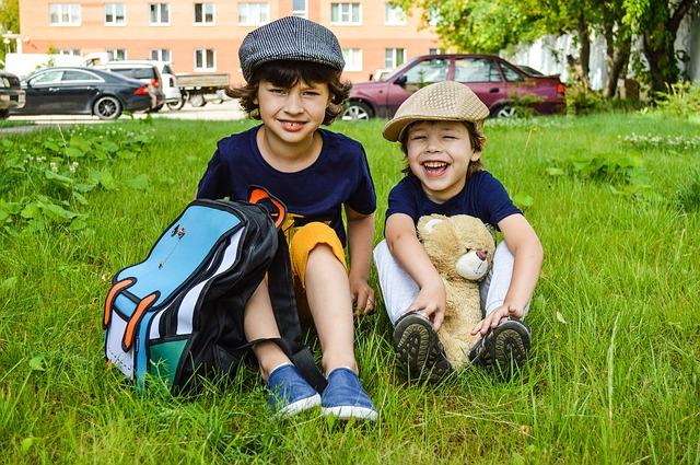 dwoje dzieci i plecak