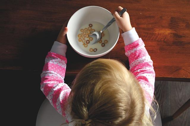 Dziecko jedzące płatki śniadaniowe