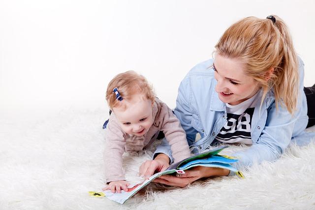 Maama spędzająca czas z dzieckiem