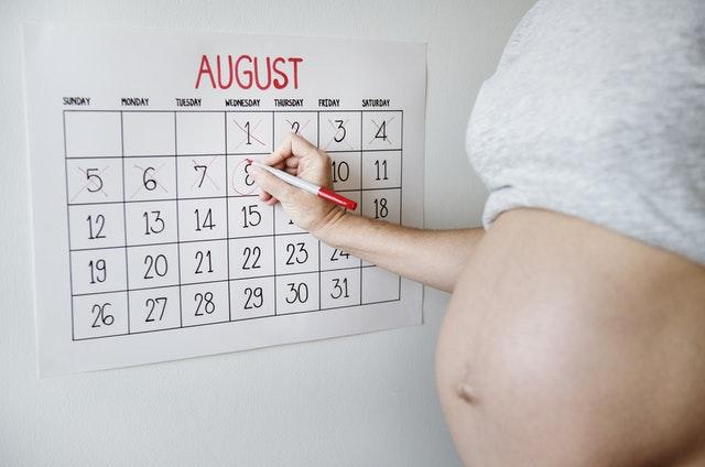 Kobieta w ciąży odliczająca czas