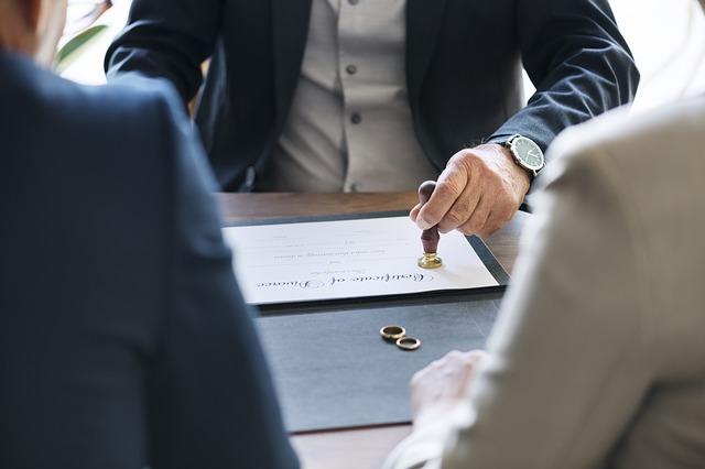 Jak złożyć pozew o rozwód? Co może zrobić w Twoim imieniu adwokat?