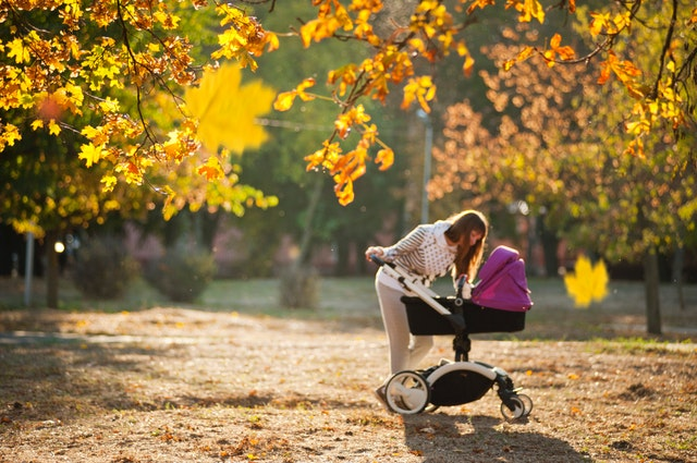 Mama z wózkiem dziecięcym