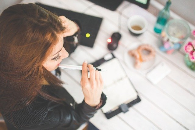 Kobieta pracuje przy biurku