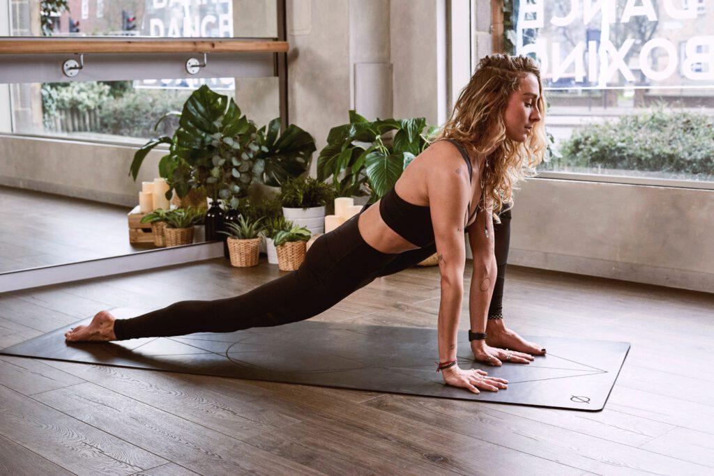 Kobieta podczas treningu jogi