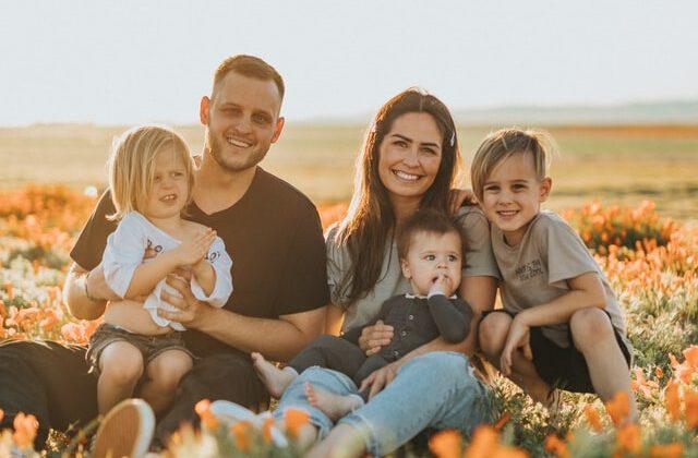 Rodzina siedząca na łące
