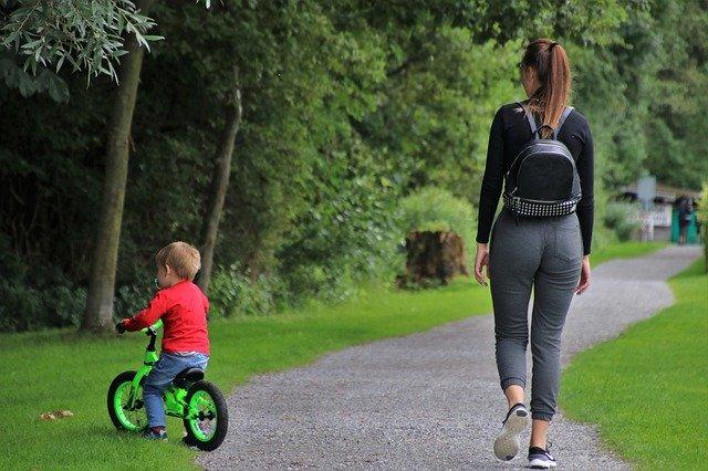 jak ubrać się na letni spacer z dzieckiem
